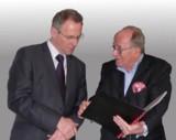Horst Siedle (rechts) bedankt sich bei dem Jubilar, Ernst Halder für 25 Jahre