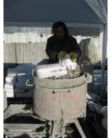 Mineralischer Mörtel top 300 wird auf der Baustelle angemischt