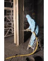 Der Nassspritzmörtel von epasit wird auf einen Pfeiler der Kammer aufgebracht.
