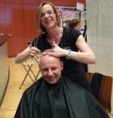 Trainer Patrick Scheidt von der Fitness Oase - Glatzenfrisur für den guten Zweck.Foto: Oase
