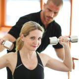 Ein Personal Trainer motiviert. Foto: Fotolia/Peter Atkins