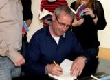 Autor Tommie Goerz signiert bei hl-studios sein neues Buch (Foto: hl-studios, Erlangen)