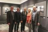 (Foto: hl-studios, Erlangen) Museums- und Schulleitung freuen sich über den Start der Ausstellung