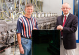 Von links: Hr. Dr. Ölting (CRD) & Hr. Kreft (CTO) mit einem neuen ATF-75 Modul. Copyright: Antec