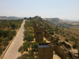 Mitten im Tempelbezirk hat Plessi neun Türme mit digitalen Videoimpressionen im Inneren installiert.