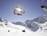Gondel- und Sesselbahnen führen mitten in eine Skiregion, die jeden Wintersportler begeistern.