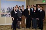 Dr. Lin, Geschäftsführer von APMC (Mitte) mit Vertretern von SND (rechts) und APMC-Mitarbeitern