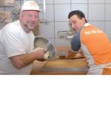 Injoy-Clubchef Robert Wolff backt die Geburtstagstorte zusammen mit Bäcker Heinz Hintelmann.