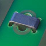 Bild: Ferrite werden auf der Leiterplatte mittels DELO-ML DB136 fixiert.