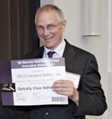 Dr. Dietmar Dengler, Leiter Chemie bei DELO, mit der Urkunde des Radtech Awards.