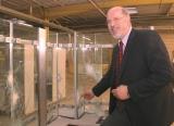 Joachim Ullrich zeigt an der Kassenbox die Ergebnisse der Testreihe.