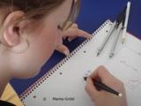 Schülerin beim Lösen einer Textaufgabe