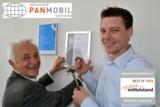 Peter Schmidt, CEO und Andreas Binder, Entwicklungsleiter beim Anbringen des neuen Zertifikates