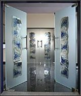 Glastüren aus Sicherheitsglas mit Glasfusing und Sandstrahlung