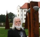 Skulpturen von Gerhard Gerstberger (Foto) sind jetzt im Schlosspark Hohenkammer zu sehen.