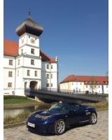Von 0 auf 100 km/ in nur 3,4 Sekunden: der Tesla Roadster mit Elektromotor vor Schloss Hohenkammer.