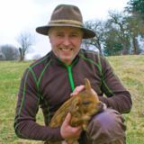 Sind sie nicht süß: Herbert Waldinger mit einem seiner Paten-Schweine. (Foto: M. Hailer)