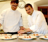 Florian Vogel (rechts), der neue Küchenchef im Camers, bei der Arbeit. Foto: M. Hailer