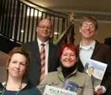 li: Ralf Beekveldt, Geschäftsführer, mit Team und Marion Döbert (re), Expertin für Alphabetisierung