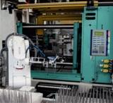 BDE/MDE-Terminal mit der integrierten Prozessampel an einer Arburg Spritzgießmaschine bei HPC