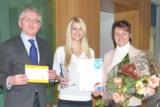 Gewinnübergabe: (von links) Rechtsanwalt Elmar Wenzel, Gewinnerin Gina Dinter und Maria A. Musold