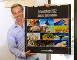 Schirmherr Hannes Jaenicke präsentiert den Mondberge-Artenschutzkalender 2012 ©Radmila Kerl