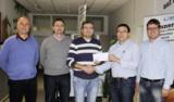Die Geschäftsführer überreichten die Spende an den Förderverein für Wachkomapatienten e.V. Gangkofen