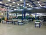 Mehr Fläche durch Stahlbaubühne und Rollenbahnen ermöglichen übersichtliches Kommissionieren