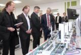 Fasziniert von den Möglichkeiten der neuen Laboreinrichtungen für die Studierenden