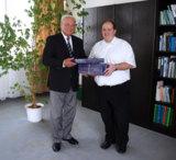 Willy Ebneth gratuliert Franz Stang zu seinem Erfolg