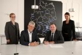 Unterzeichung:(v.l.)Dr. Anne Glashauser, Markus-Johannes Zimmermann, Dr. Boris Rapp, Andrea Radlbeck