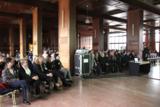 Gäste lauschen den Vortrag von Klaus Kobjoll an den Eckert Schulen