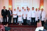 v.l. Helmut Vogl, OB Joachim Wolbergs mit Küchenmeistern und Vertretern des IHK-Prüfungsausschusses