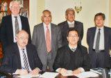 Unterschrift des MoU durch Professor Dato´ Dr. Abdul Hakim Juri (re.) und Karl-Ludwig Radlinger