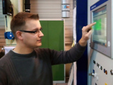 Matthias Erich beim Testen der Maschinen-Software