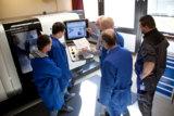 Eckert-Schüler einer technischen Weiterbildung im Fachgespräch