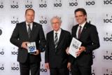 """Lothar Späth (Mitte) überreicht das Gütesiegel """"Top 100"""" an die Reinhausen Plasma Geschäftsleitung."""