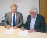 Karl-Heinz Hensel und Prinz Faisal bei der Vertragsunterzeichnung