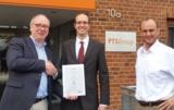 Kai Rügge (v.l.) empfängt das Zertifikat von Dr. Maseberg. S. Zechmeister begleitete als Berater.