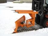 Ein Schneepflug für Gabelstapler besitzt eine automatische Niveauregulierung