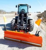 Winterdienst-Anbaugeräte in großer Auswahl – z. B. ein Schneeschild für Traktoren