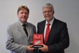 Die Geschäftsführer Ulrich Rohde und Michael Mötter mit der Auszeichnunsg als TOP CONSULTANT 2011