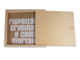 Holzbox mit CD-Verpackung aus Naturkarton mit weißem Siebdruck