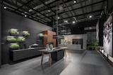 Die Premium-Küchen werden vor schwarzem Hintergrund in unterschiedlichen Settings inszeniert.