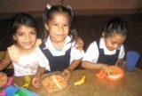 Kinder bei ihrer täglichen Mahlzeit