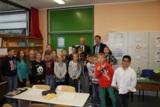Dr. Klemens Gsell und Dr. Norbert Hiller mit den Schülern der Grundschule Zugspitzstraße