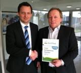 Pro Active-Geschäftsführer Wolfgang Prante (r.) freut sich über die erneute Platin-Auszeichnung.