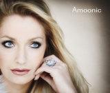Moderatorin und Model Elke H. präsentiert Luxusring