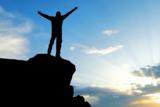 Burnout Prävention - Mann in Freiheit ohne Stress