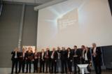 CEO Gerhard Streit (7. von li.) nimmt den Award für Daimler TSS auf der CeBIT 2012 entgegen.